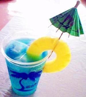 色鮮やかなカクテル「ブルーハワイ」って?味わい …