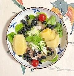 サラダ菜、生ハム、蒸し黒豆、キウイのサラダ