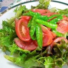 フリルレタスとトマトと絹さやのサラダ