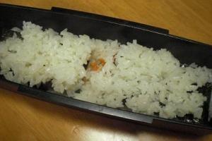 お弁当箱の蓋に海苔がくっつかない 「鮭マヨ海苔弁」