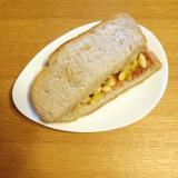 フルーツゼリーとバナナとジャムの甘いサンドイッチ