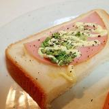 マヨで ハムとマスタードスプラウトのトースト