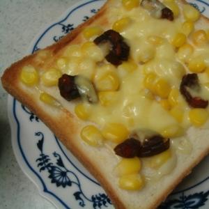 コーンときゅうりのキューちゃんのチーズトースト