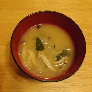 煮干し粉で作る玉ねぎとしめじとワカメのお味噌汁