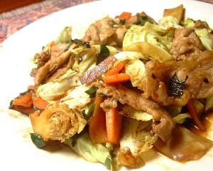 野菜から炒めます 豚肉ときゃべつの炒めもの