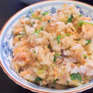 旨みが米1粒1粒にしみわたる♪塩麹鮭の炊き込みご飯
