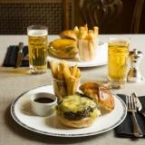 チェダ―とスティルトンのチーズバーガー