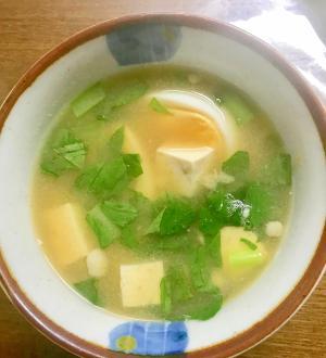 茹で卵と小松菜の味噌汁