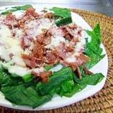 カリカリベーコンとほうれん草の温サラダ