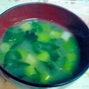 緑たっぷり九条ねぎとほうれん草、春わかめの味噌汁♪