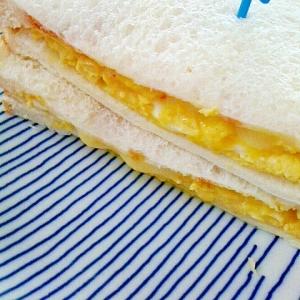 チーズonオープンオムレツのサンドイッチ
