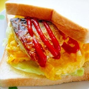 カレー風味☆塩サバと炒り卵のサンドイッチ