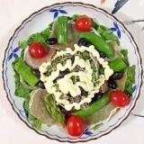 蒸し黒豆を入れて、リーフレタス のサラダ