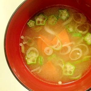にんじんとおくらとねぎのお味噌汁