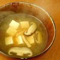 豆腐としいたけのみそ汁