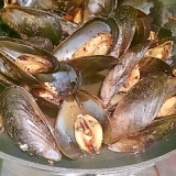 フライパンでムール貝の酒蒸し、醤油風味
