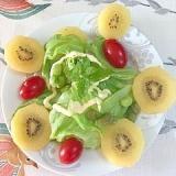 レタス 、枝豆、ミニトマト、キウイのサラダ