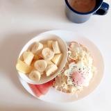 目玉焼きトーストと生ハム果物のワンプレートランチ♪