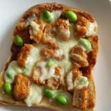 スパイシーチキンと枝豆のチーズトースト