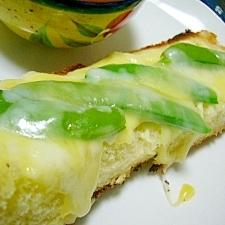朝食に(/・ω・)/スナップエンドウチーズトースト