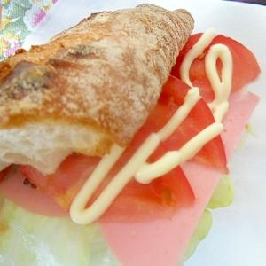 フランスパンでハム野菜サンドイッチ
