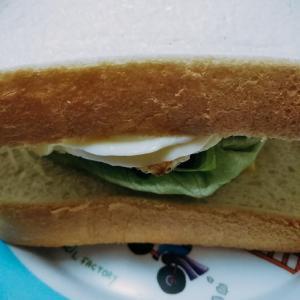レタスタマゴハーブウインナのサンドイッチ