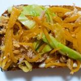 キャベツと黄人参のツナ卵トースト