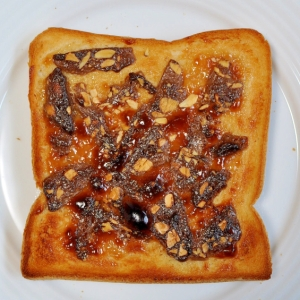 アーモンドチョコとピーナッツクリームのトースト