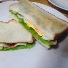 目玉焼きとサニーレタスのサンドウィッチ