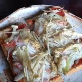 カニカマとえのきと玉ねぎのピザトースト