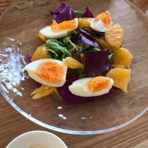 茹で卵と紫キャベツのサラダ