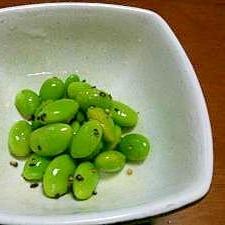 お弁当箱のすき間を埋める枝豆の黒胡椒あえ