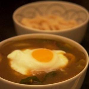 うどんで「つけ麺」、カレーつけ饂飩温玉のせ