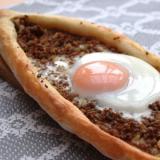トルコ料理★黄身がとろり、卵とひき肉のピデ