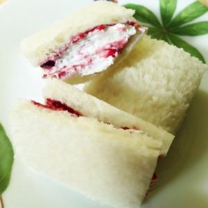 ブルーベリーとホイップのサンドイッチ