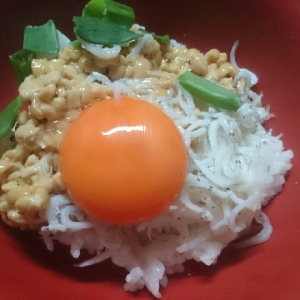 しらすと納豆で卵かけご飯