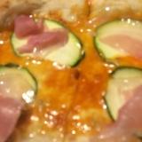 ズッキーニと生ハムのピザ