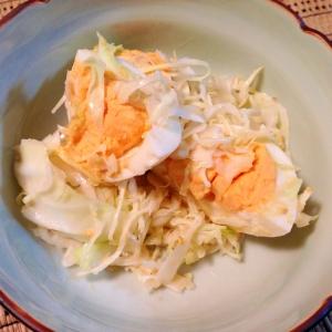 ゆで卵とキャベツの胡麻ドレにんにくサラダ