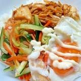 キュウリのサラダとキムチ炒めと半熟目玉焼き丼