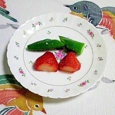 オクラといちごのミニサラダ