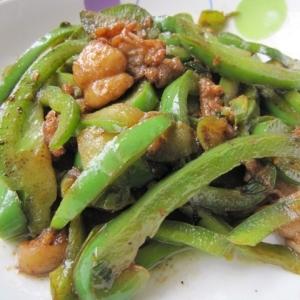 鶏皮とピーマンの甜麺醤炒め(鶏皮炒青椒)