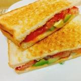 朝食に簡単☆チェダーチーズとアボカドのサンドイッチ