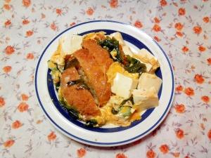 メンチと豆腐とわかめの卵とじ