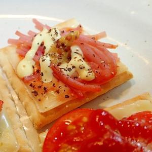ケチャ/マヨで チーズと刻みハムのクラッカー