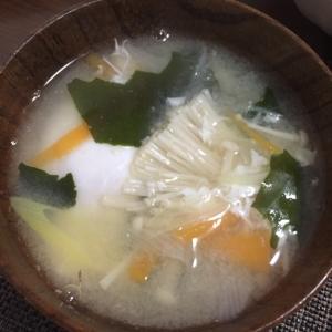 卵をおとした、えのきとわかめのお味噌汁