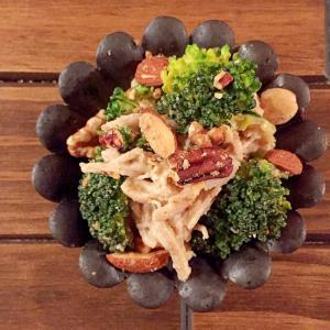 簡単☆ナッツ入り蒸し鶏とブロッコリーの胡麻和え
