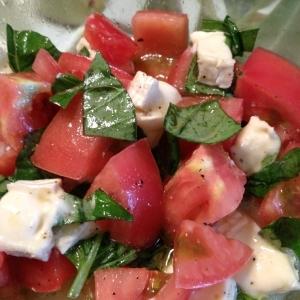 朝食に!トマトとカマンベールとバジルのサラダ