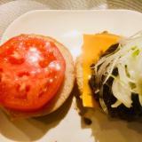 厚切りトマトのハンバーガー