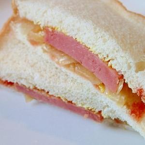 玉ねぎとお魚ハンバーグのカレー香るサンドイッチ