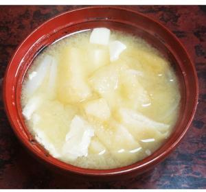 隠し味にみりん!新玉ねぎと豆腐と油揚げの味噌汁